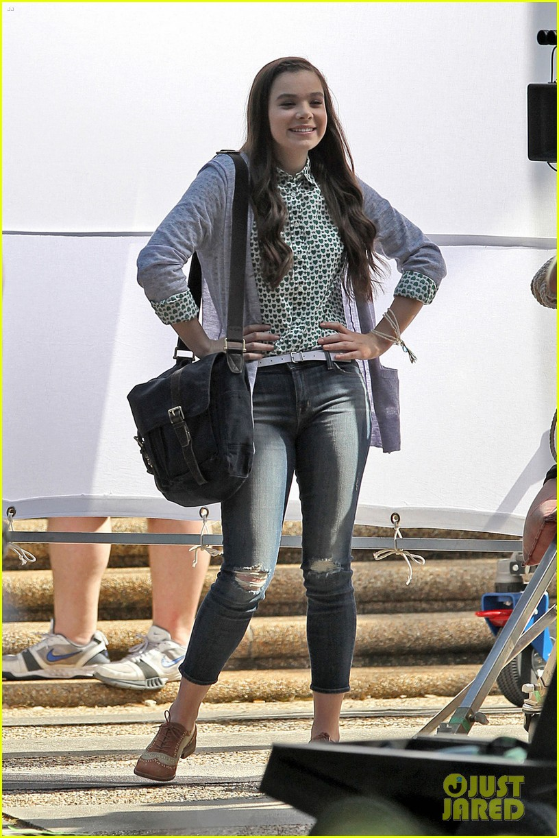 hailee steinfeld skylar astin first pitch perfect scenes 05