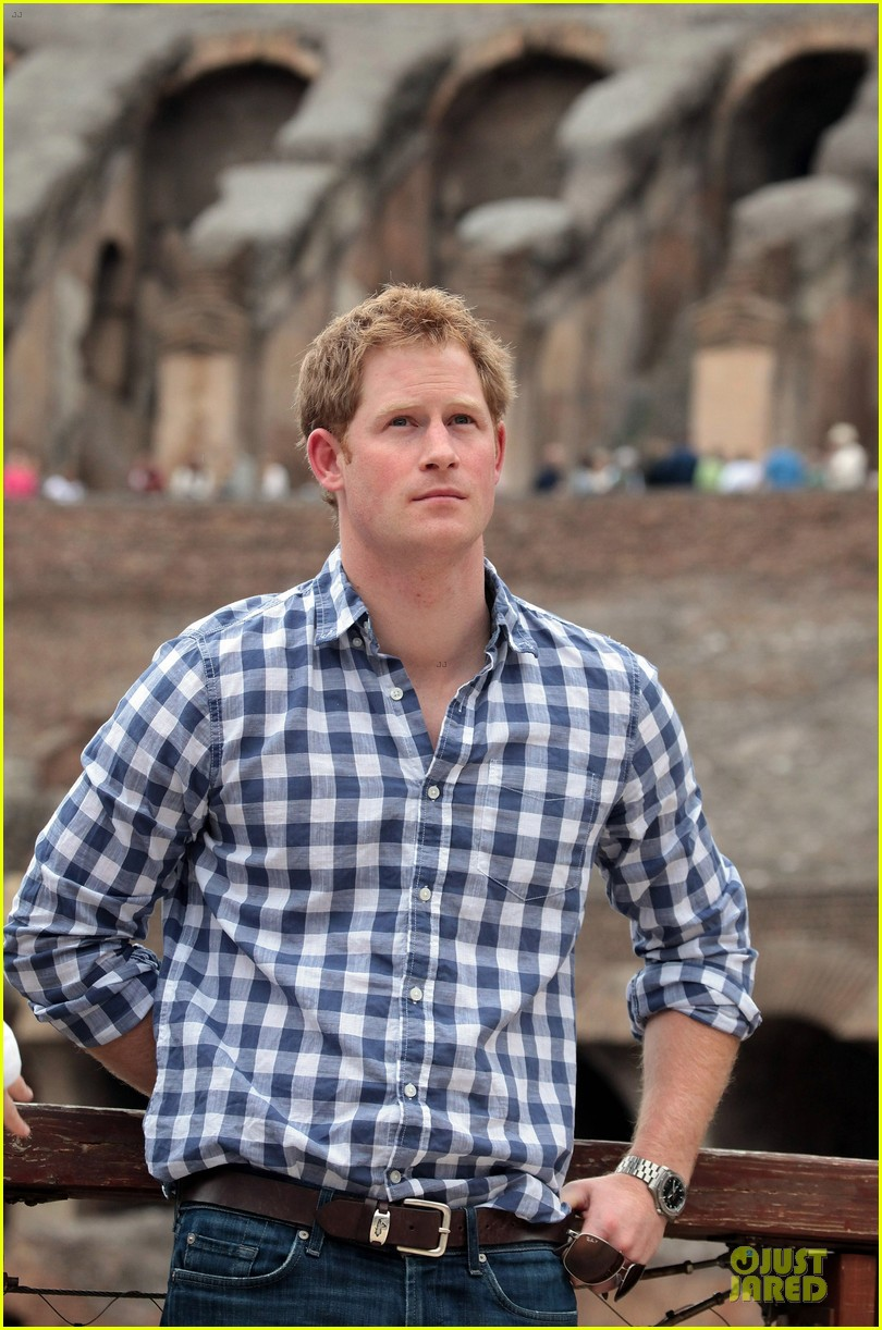 prince harry respects at cassino war cemetery 02