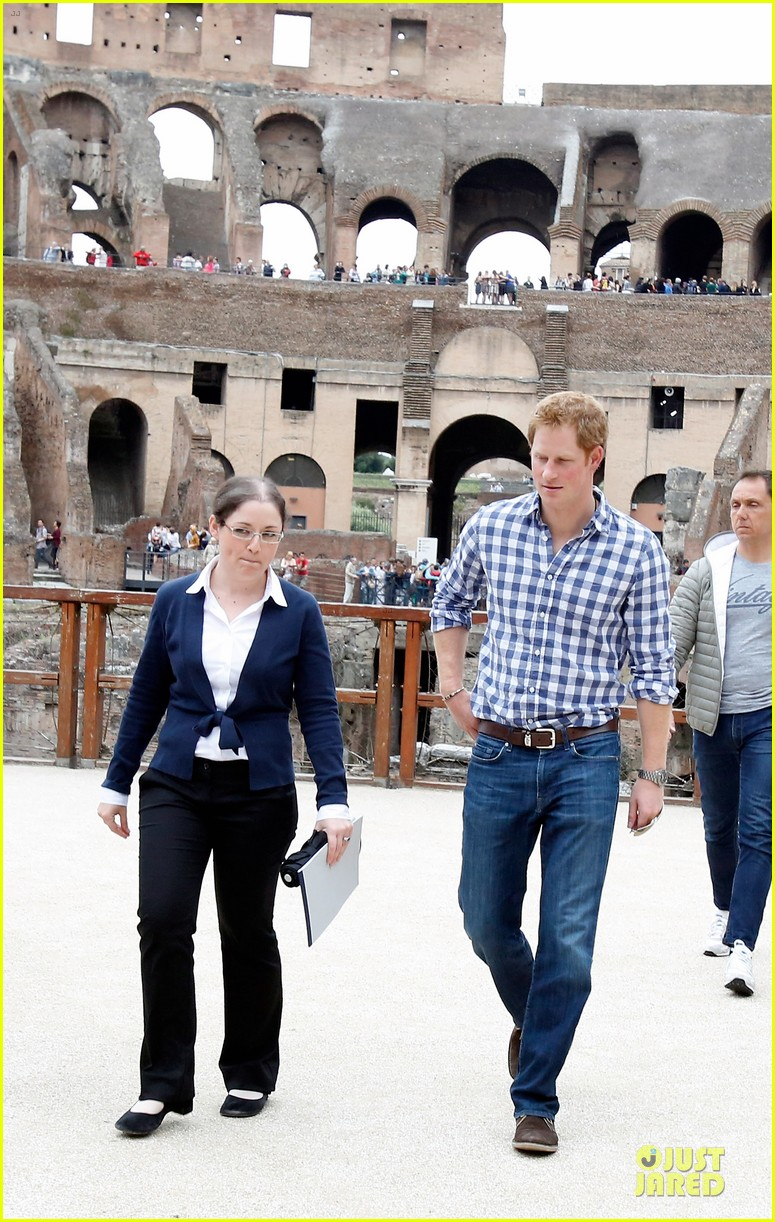 prince harry respects at cassino war cemetery 03