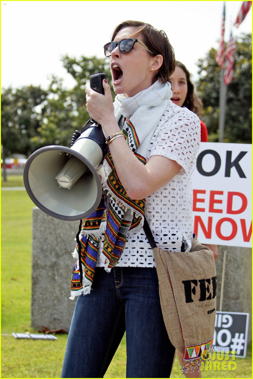 anne hathaway joins protestors at bring back our girls rally 03