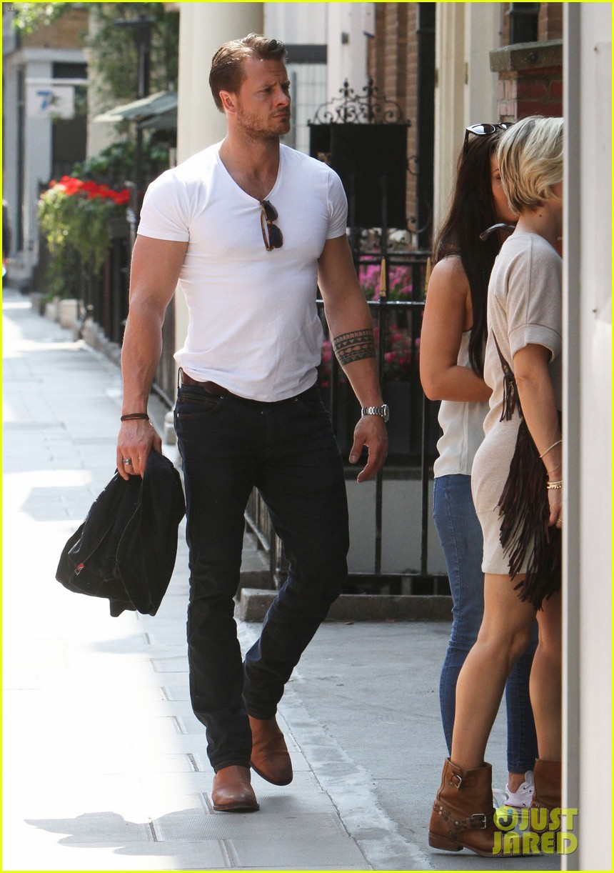 chris hemsworth pal is giving his muscles some competition 173117639