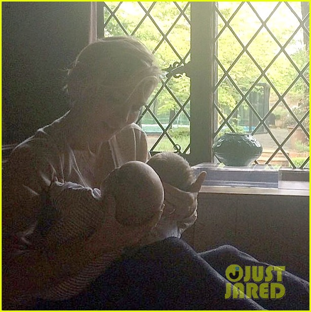 chris hemsworths wife elsa pataky shares photo of their twins 01