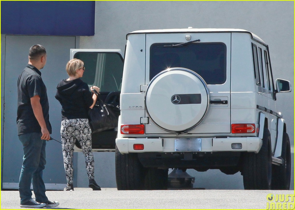 julianne hough and boyfriend brooks laich make a smoothie stop083121342