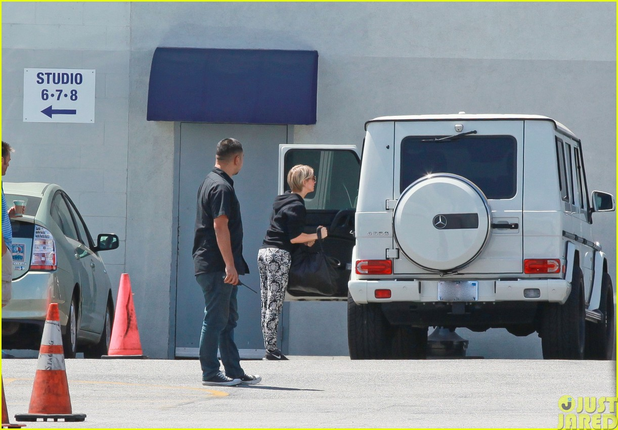 julianne hough and boyfriend brooks laich make a smoothie stop103121344