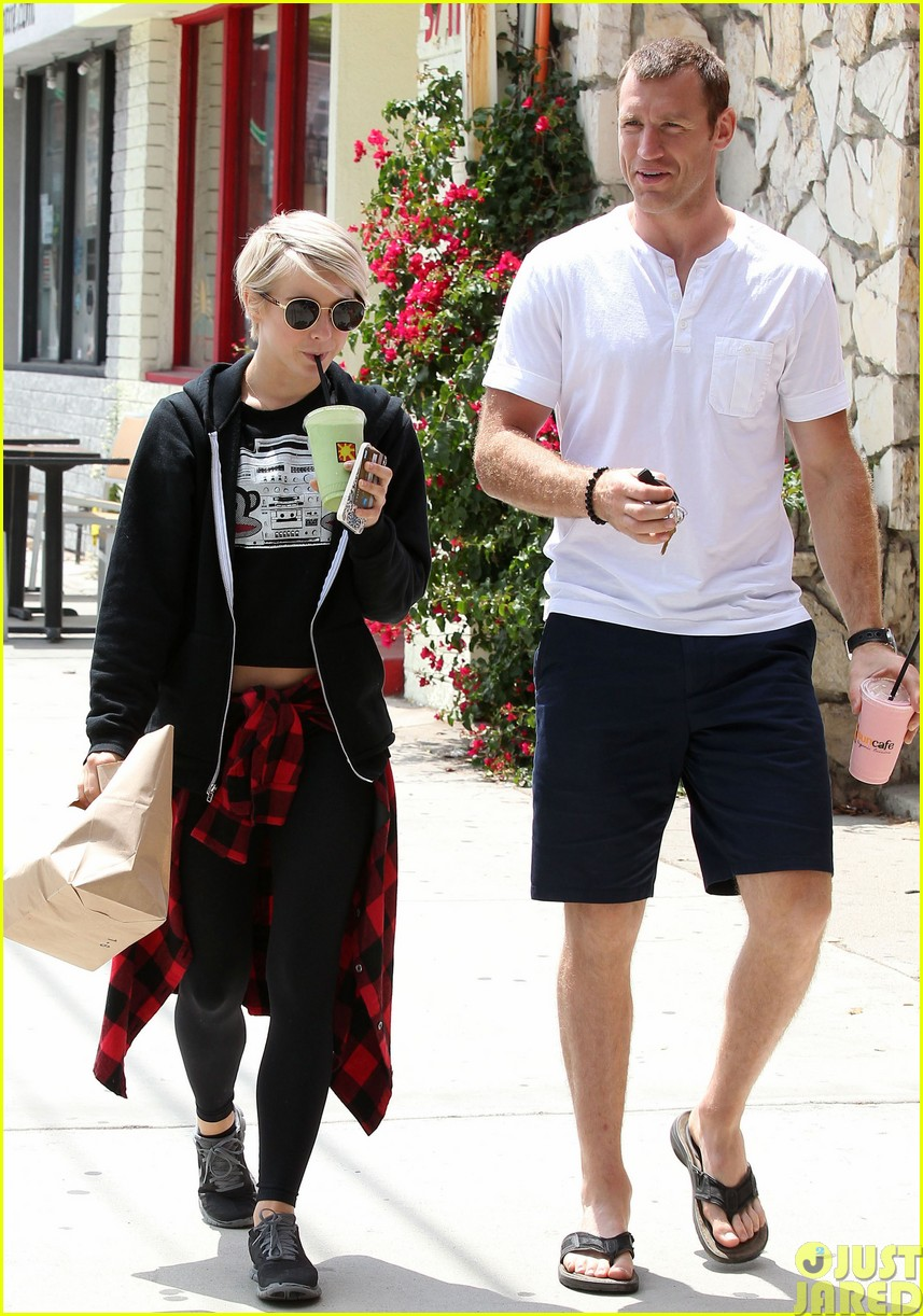 julianne hough and boyfriend brooks laich make a smoothie stop493121383