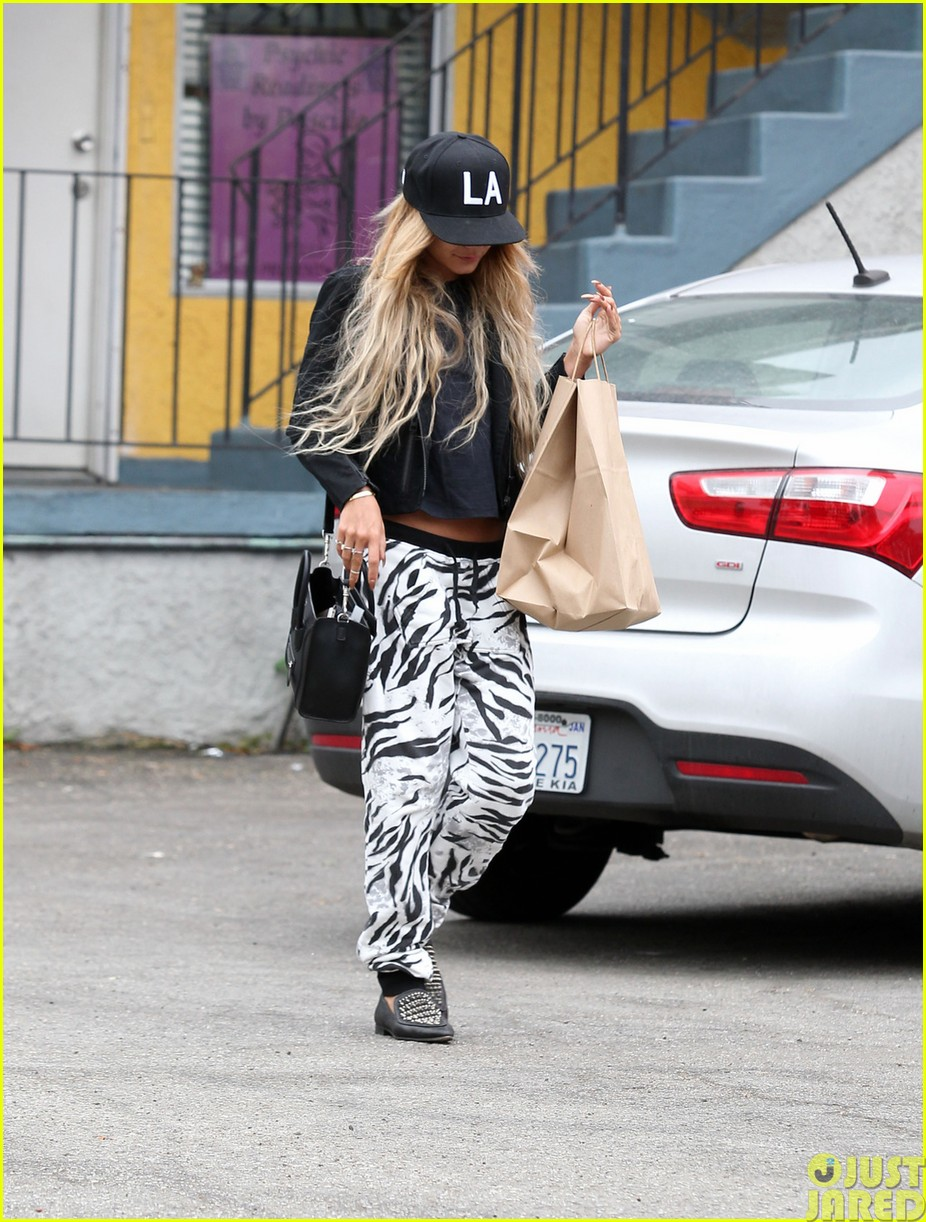 vanessa hudgens attemtps to go incognito in los angeles023121301