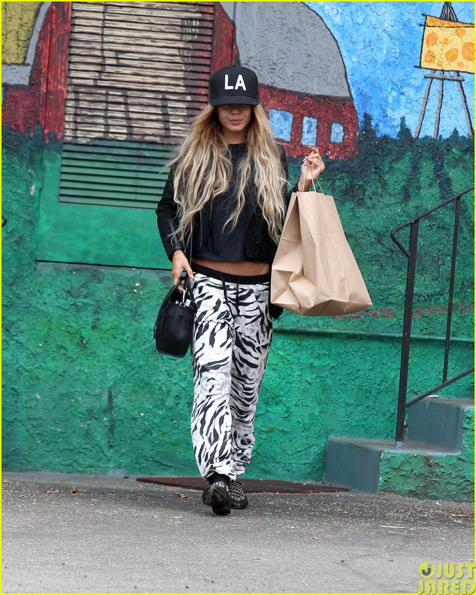 vanessa hudgens attemtps to go incognito in los angeles043121303