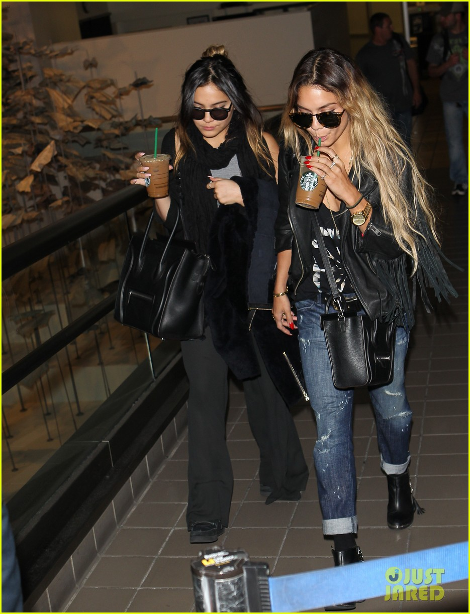 vanessa hudgens twinsies moment with sister stella at lax 04
