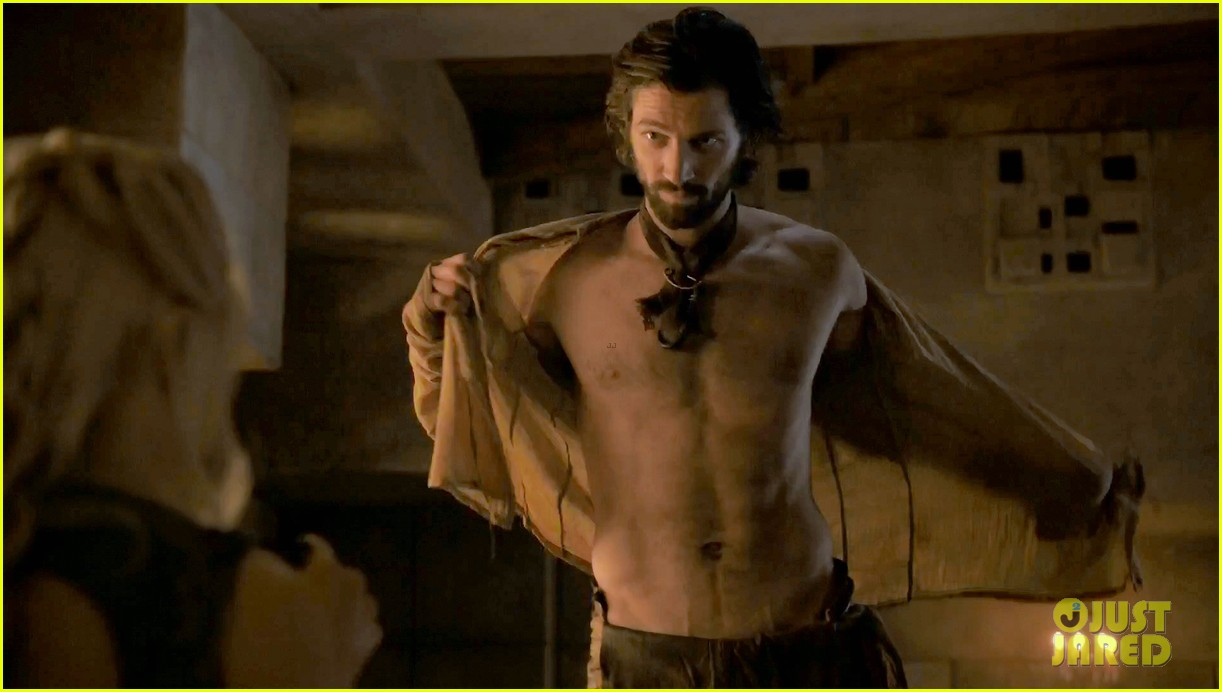 michiel huisman strips down butt naked on game of thrones 01