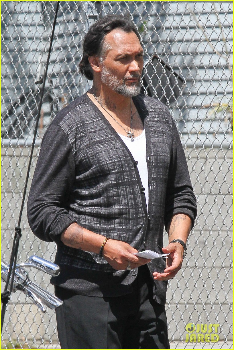 charlie hunnam gets all made up on sons of anarchy set 07