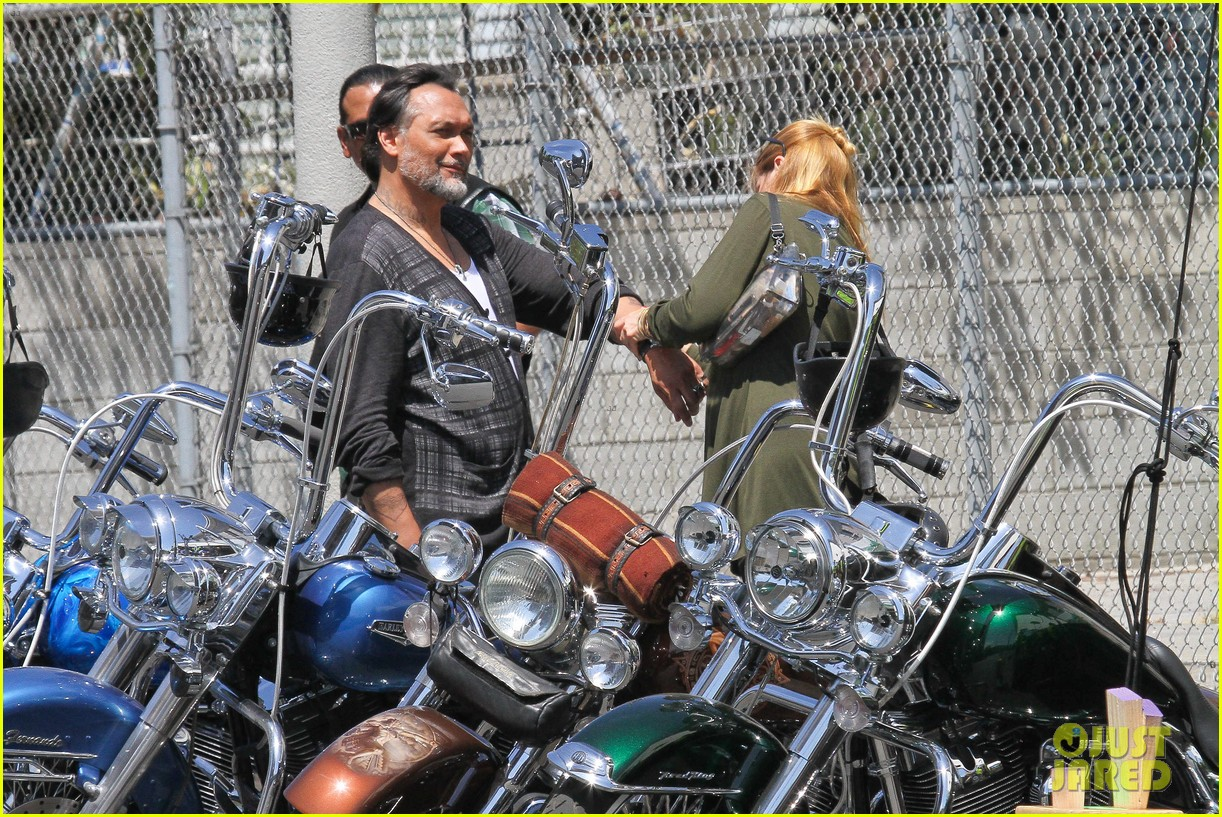 charlie hunnam gets all made up on sons of anarchy set 19