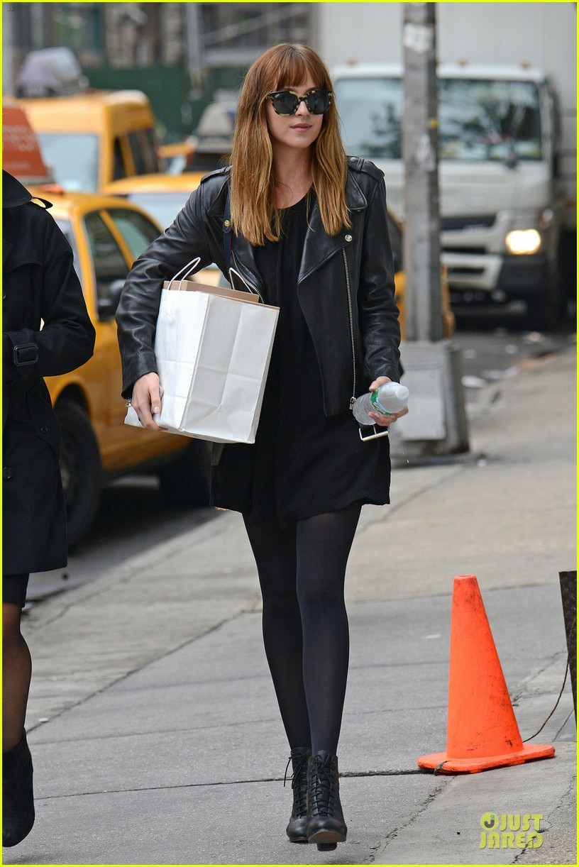 dakota johnson use extra set of hands 033109776