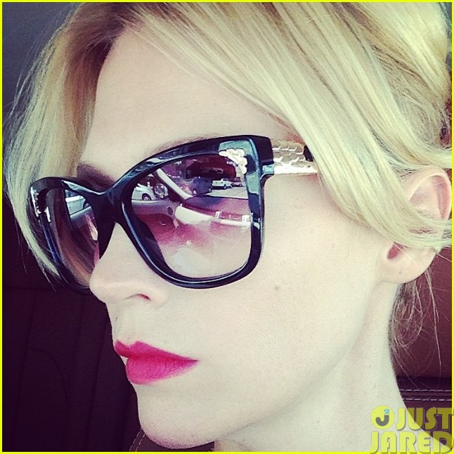 january jones hates selfies while driving033121756