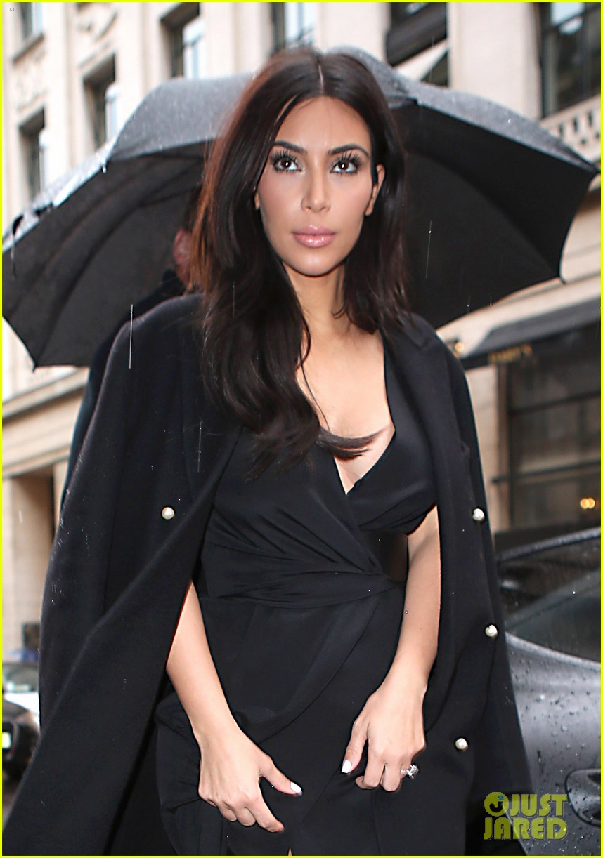 kim kardashian shows some leg at dinner with her family 04