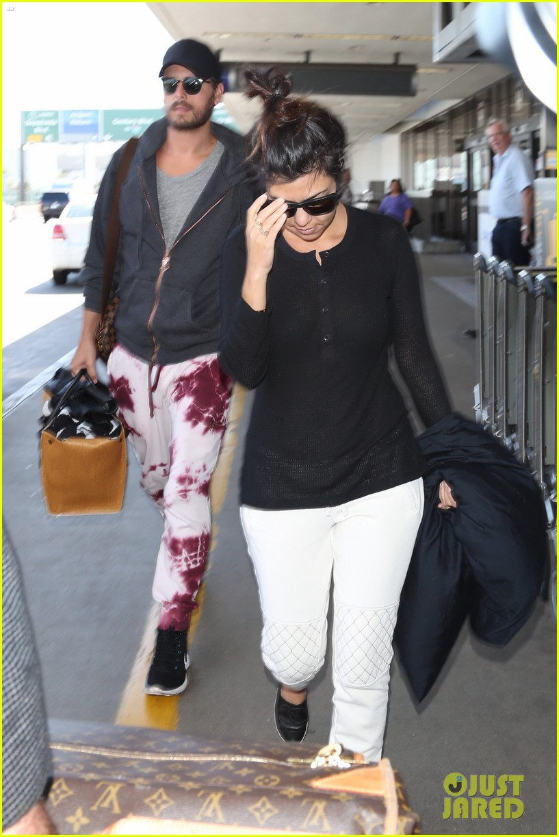 khloe kourtney kardashian touch down at lax just in time for mothers day 05