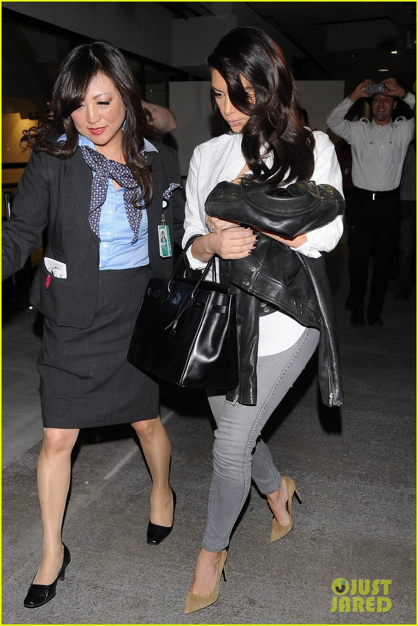 kim kardashian catches a flight out of town with khloe 083113867