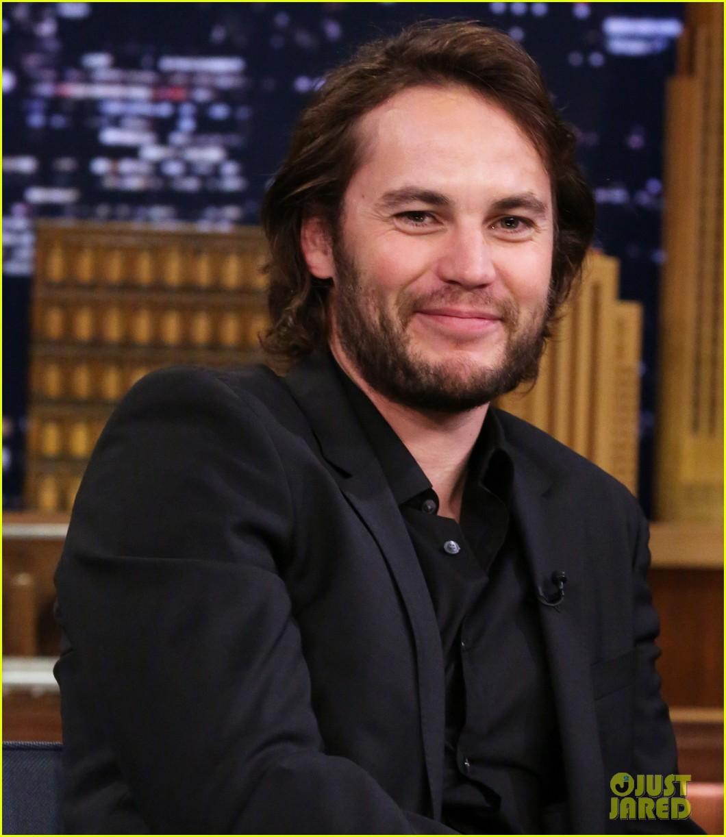 taylor kitsch plays slapshot with jimmy fallon on the tonight show 08