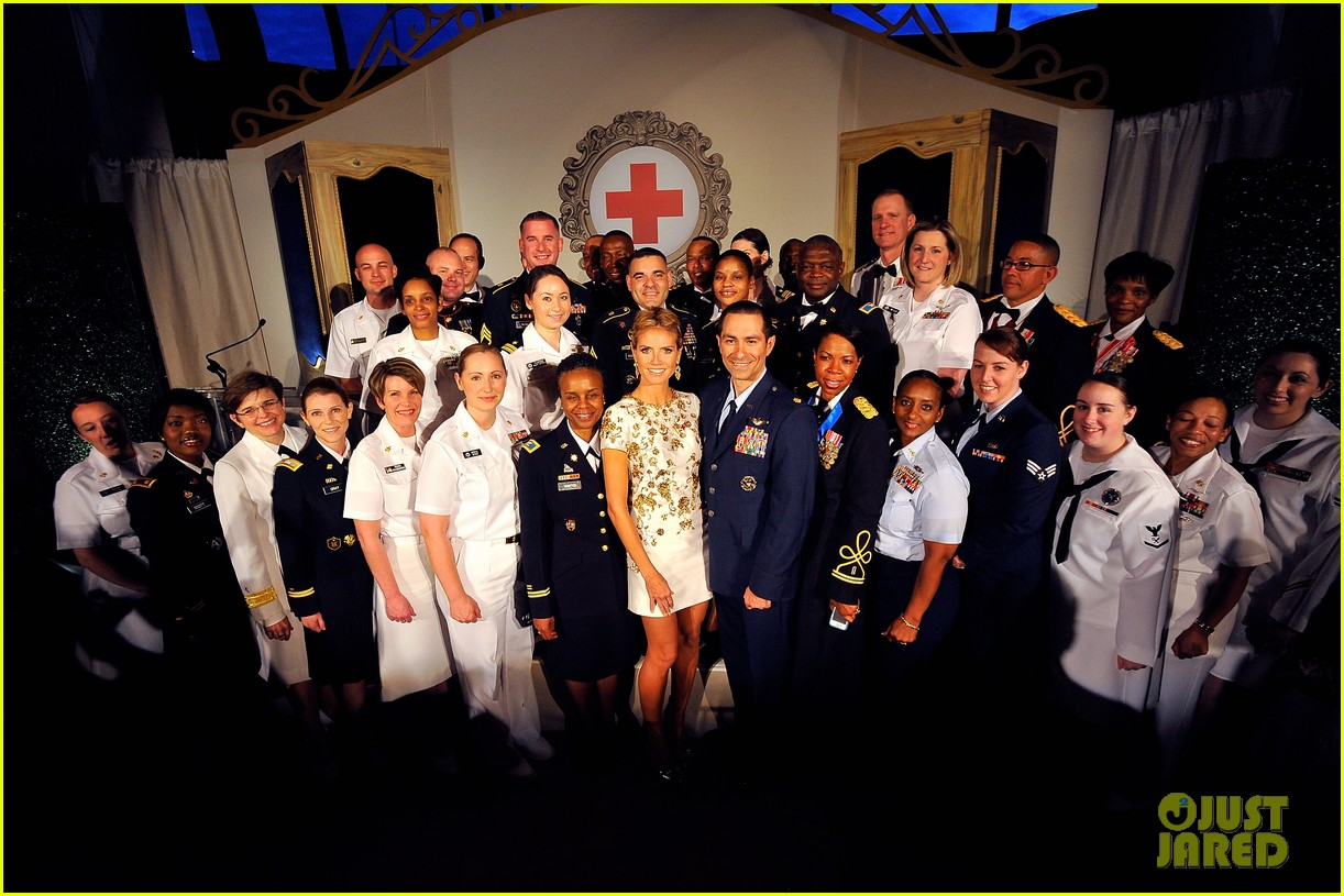 heidi klum american red cross crystal cross award 073116425