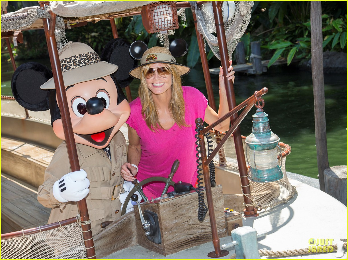 heidi klum navigate jungle cruise at disneyland 02
