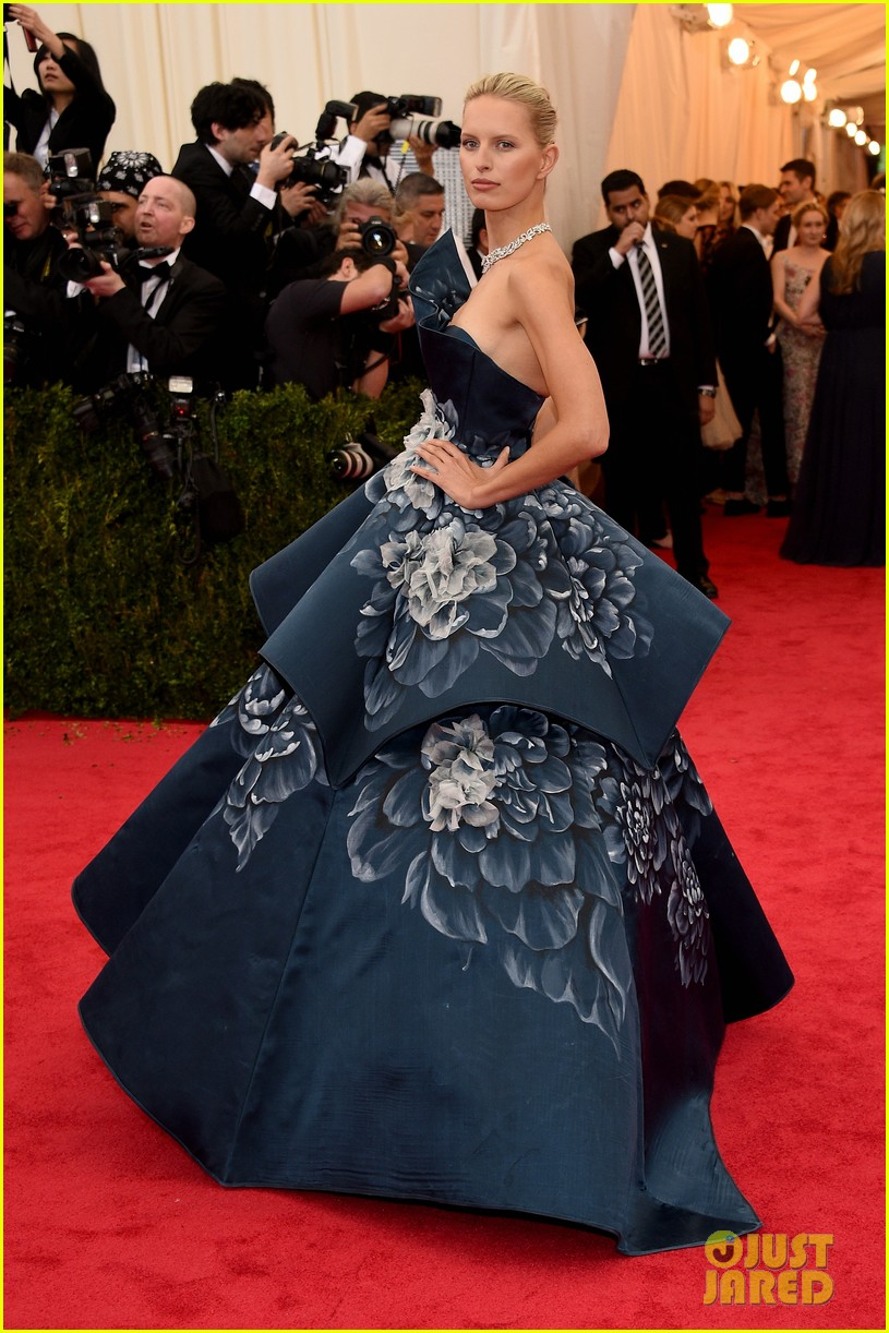 karolina kurkovas floral dress is unlike anything weve seen on met ball 2014 red carpet 03