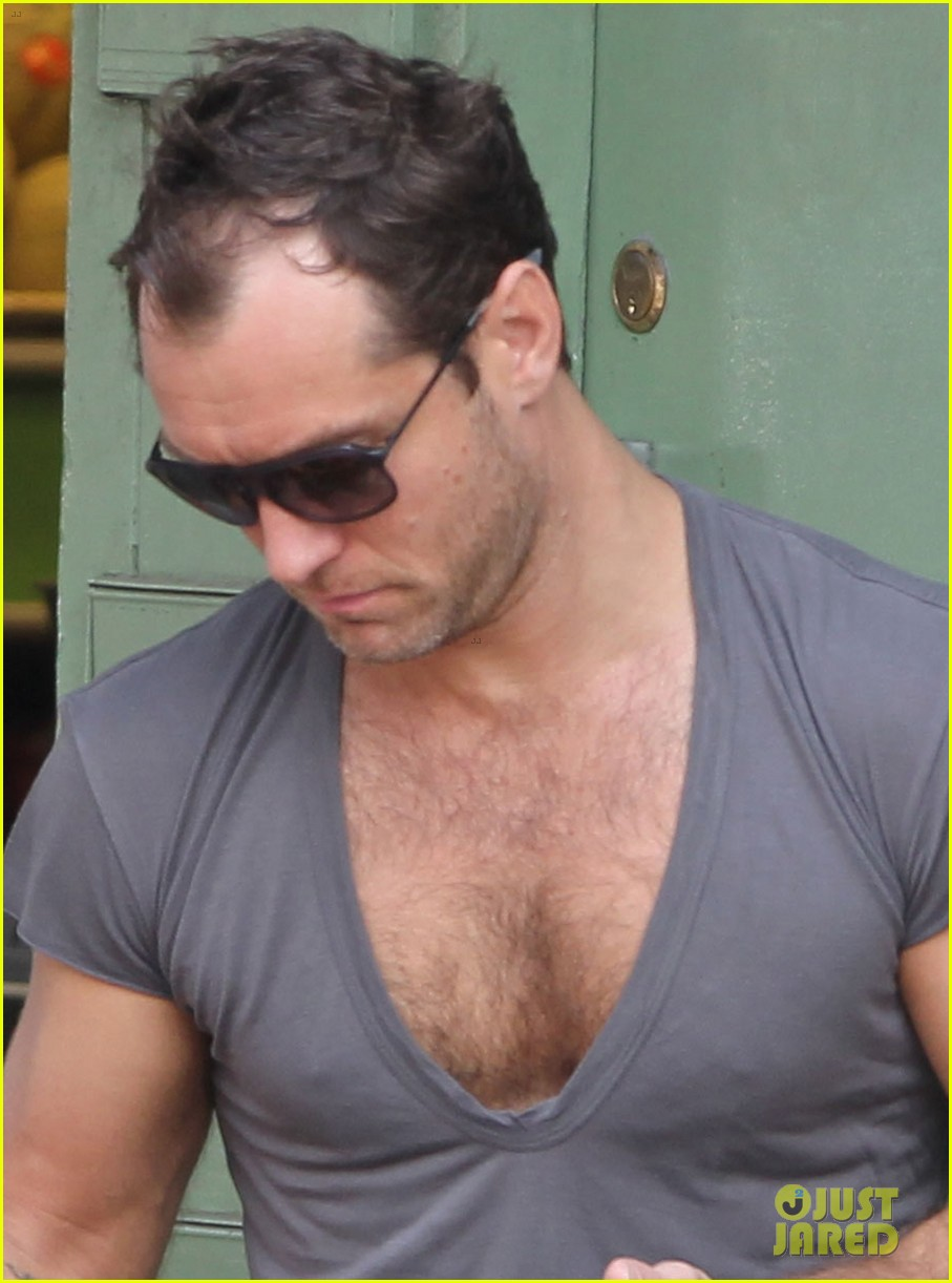 jude law flaunts his muscles in low cut t shirt 023117338