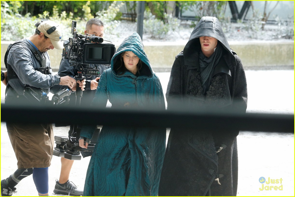 jennifer lawrence liam hemsworth mockingjay robes 12