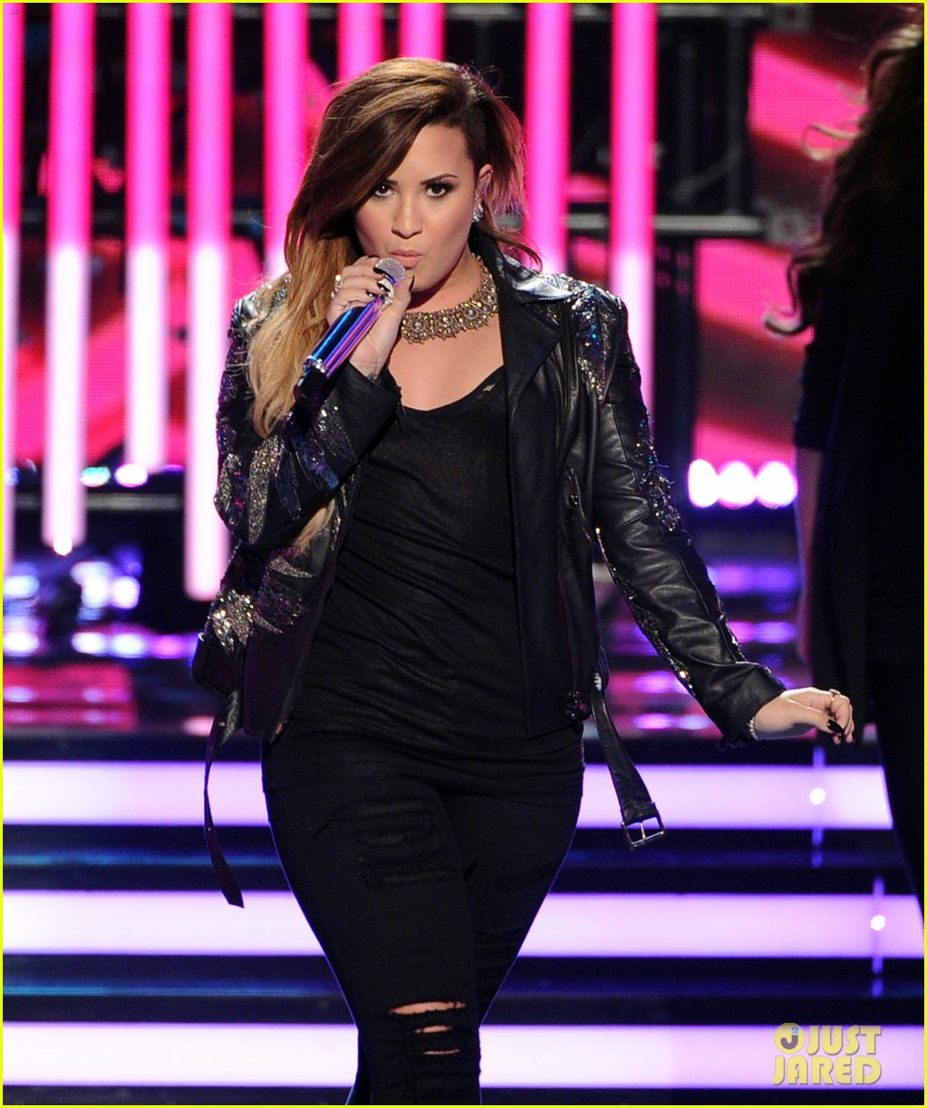 demi lovato performs on american idol finale 05