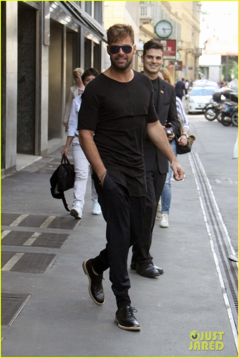 ricky martin gives lots of love to his fans 013123804