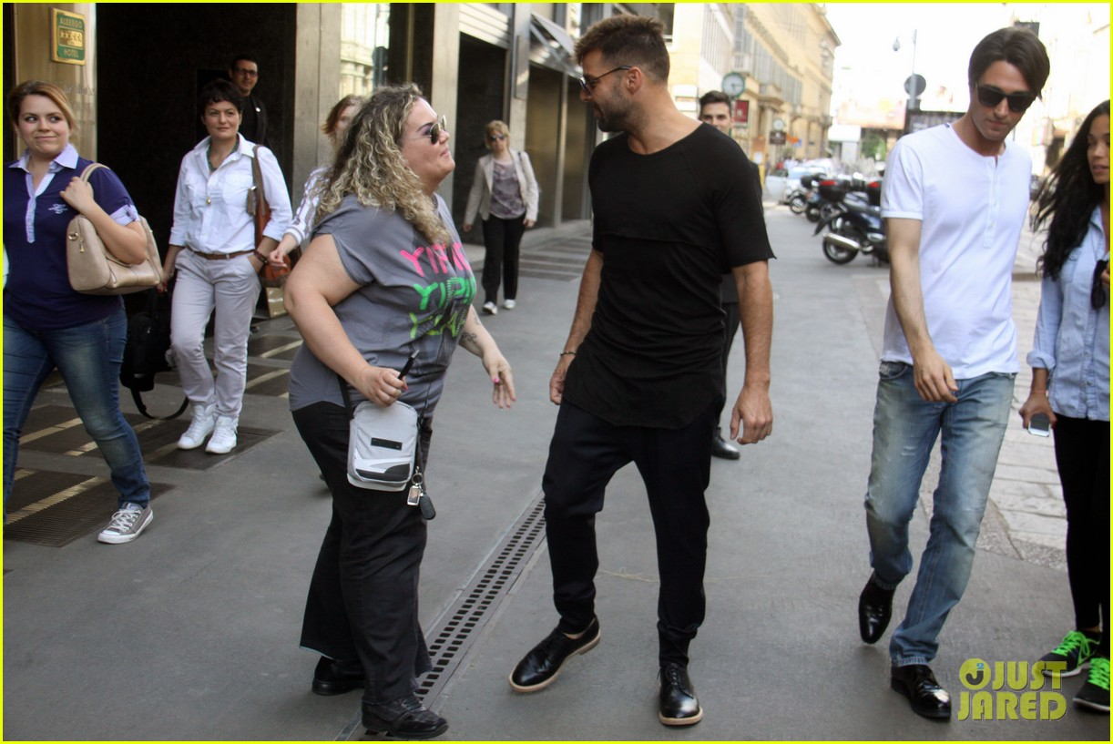 ricky martin gives lots of love to his fans 07