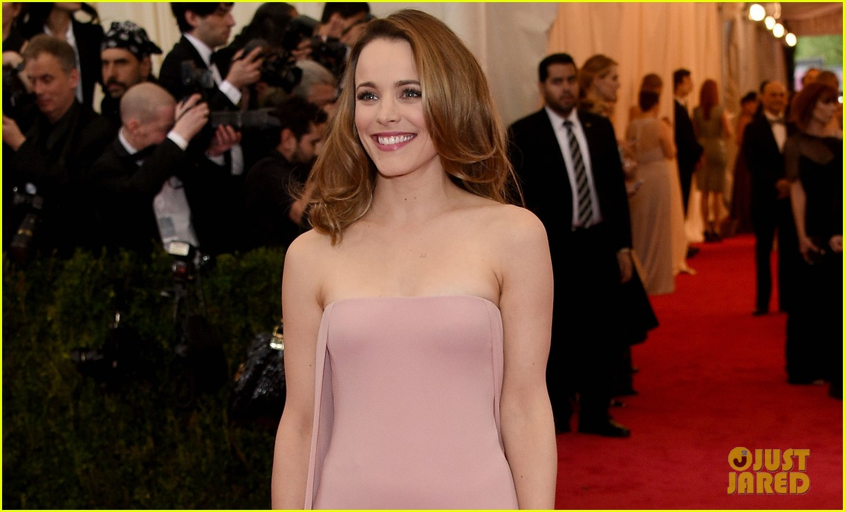 rachel mcadams goes pale pink on the met ball 2014 red carpet 04