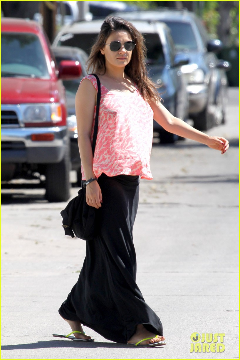 mila kunis flashes bare skin baby bump hollywood 14