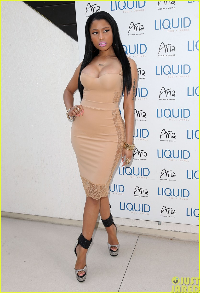 nicki minaj plays host at the liquid pool lounge11