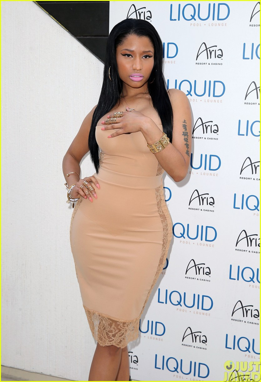 nicki minaj plays host at the liquid pool lounge13
