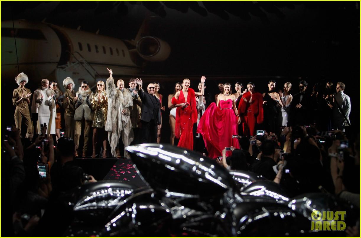 miranda kerr is hot pink bombshell at michael kors fashion show 03