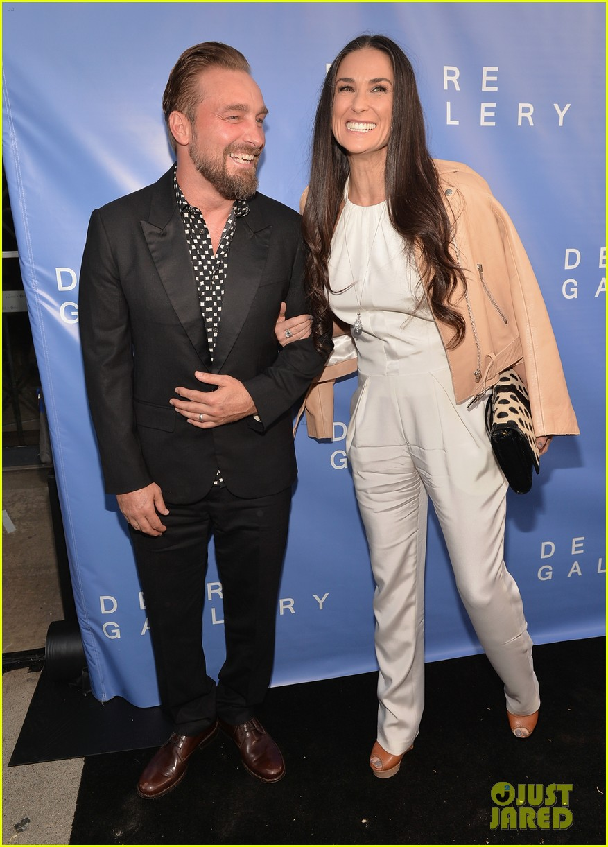 demi moore brings along boyfriend sean friday to gallery party 013114939