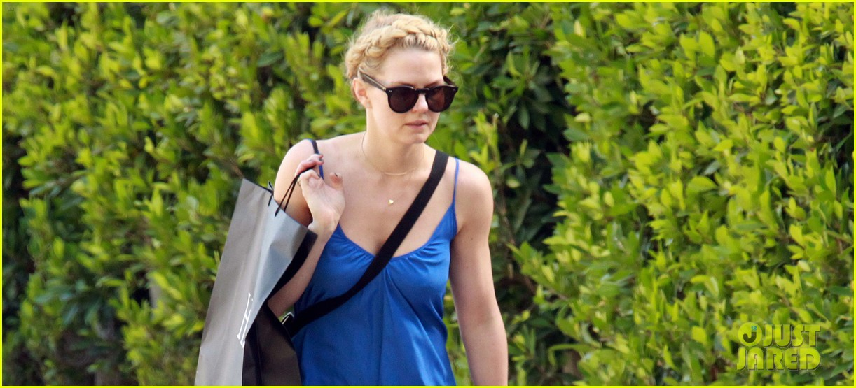 jennifer morrison steps out before once upon a times season finale 043111138