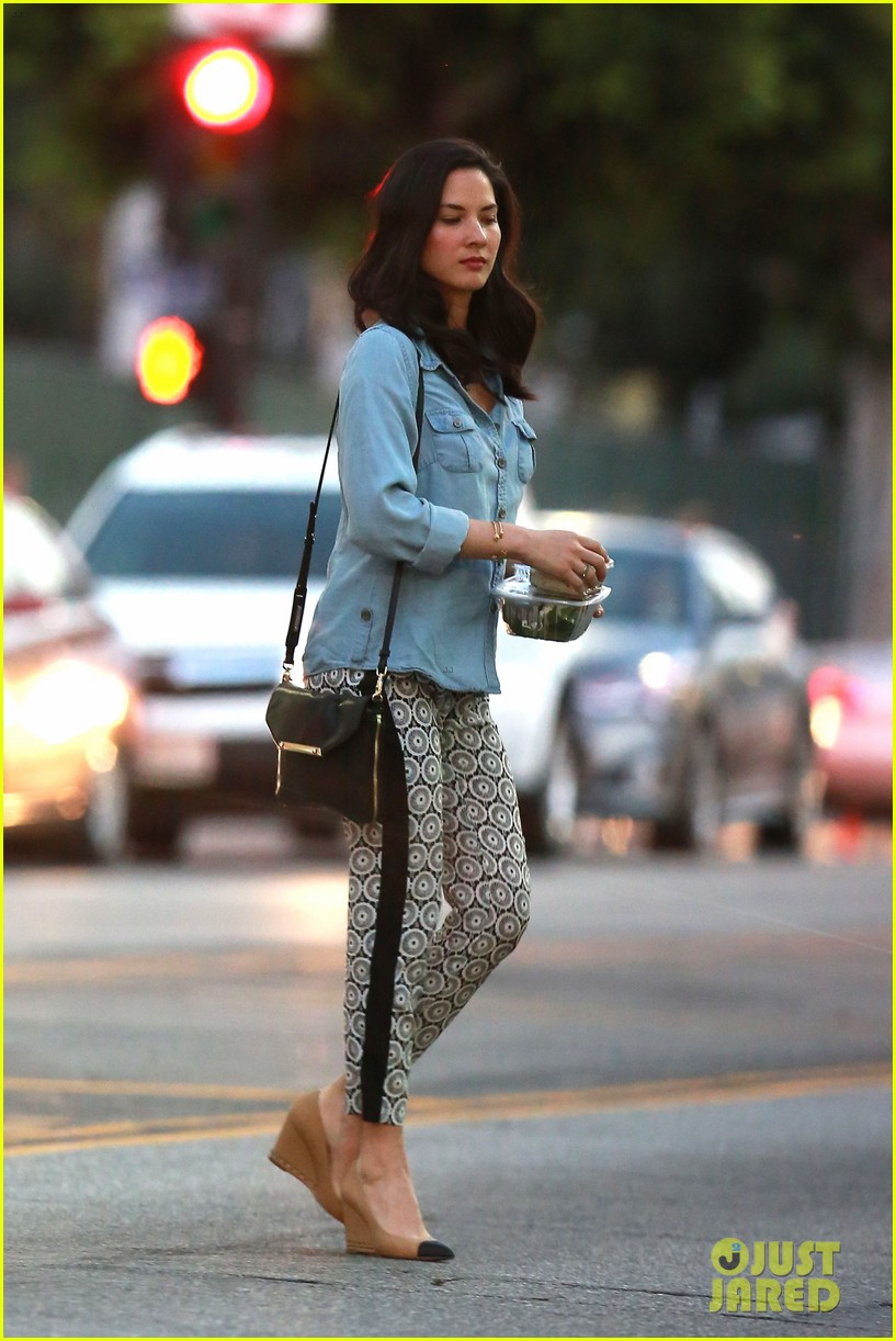 olivia munn steps out after aaron rodgers dating rumors 13