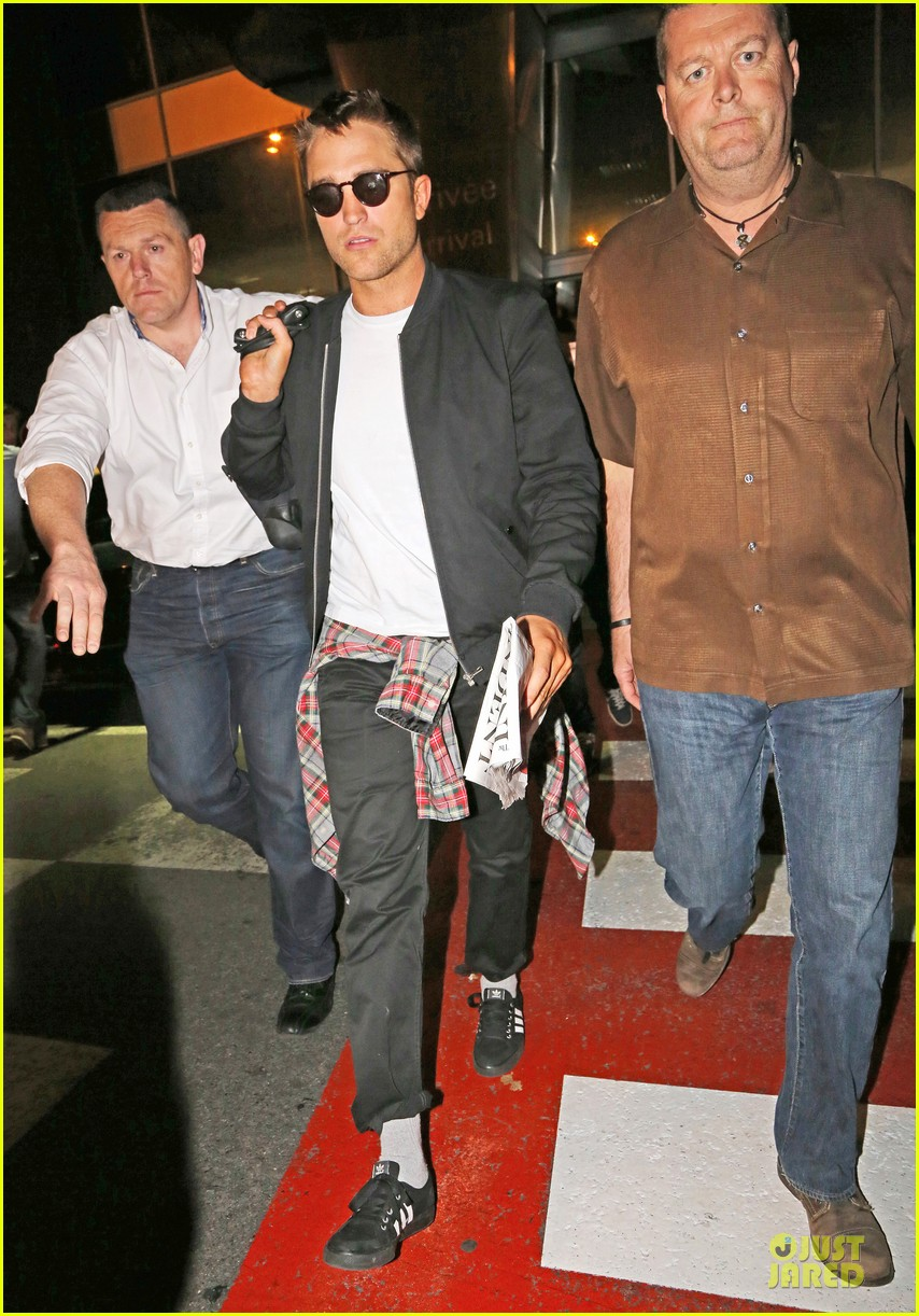 robert pattinson flies to nice for cannes 01