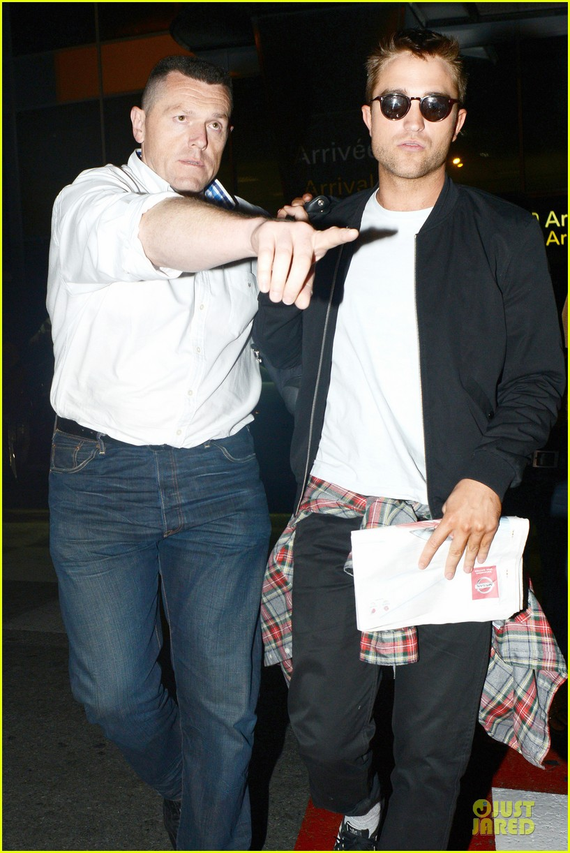 robert pattinson flies to nice for cannes 04