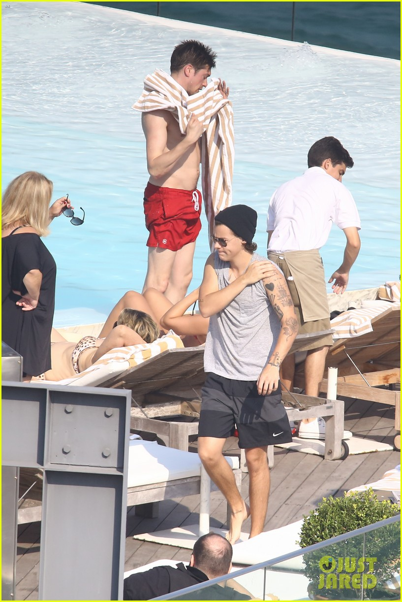 liam payne zayn malik lounge shirtless at the pool in rio 073108777