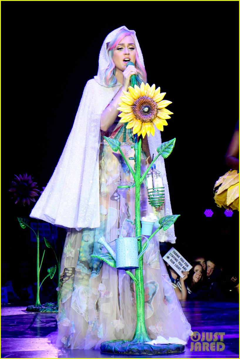 see all of katy perry crazy prismatic tour costumes here 013108208