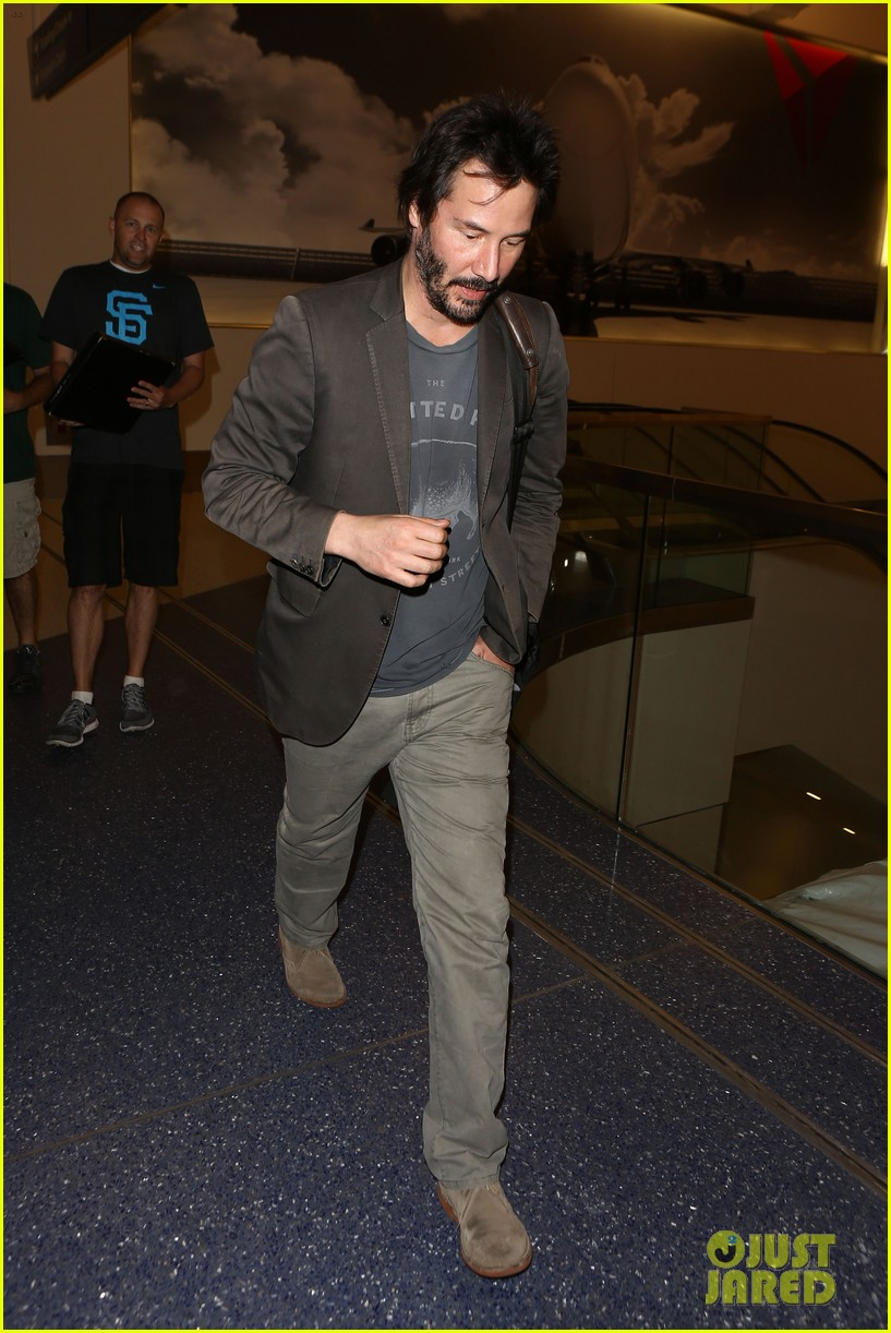 keanu reeves gets swarmed by fans at lax airport 12