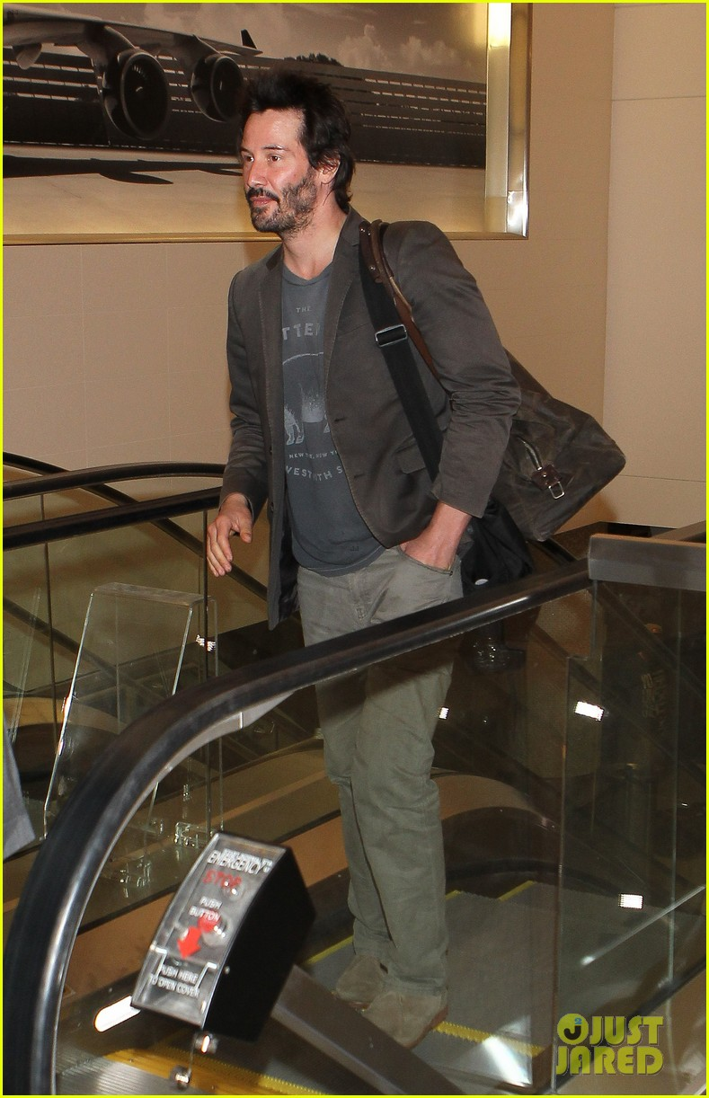 keanu reeves gets swarmed by fans at lax airport 21