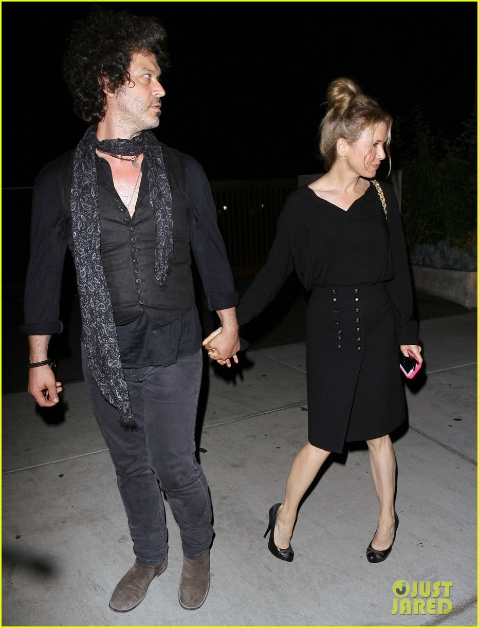 renee zellweger doyle bramhall iii hold hands 07