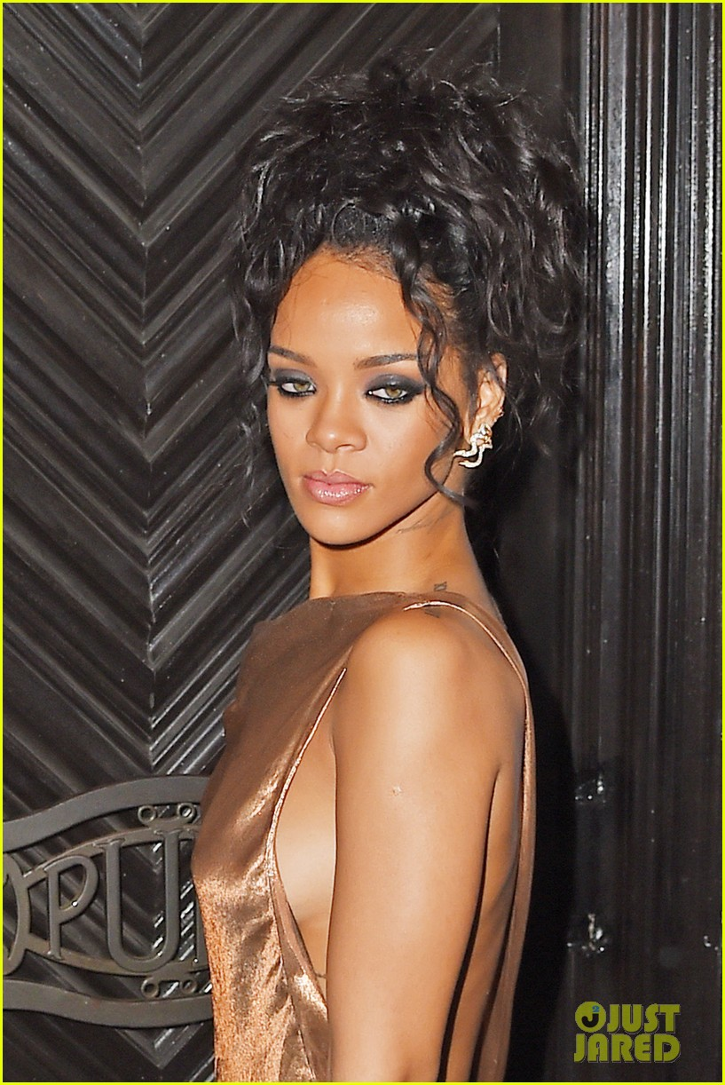 Rihanna in Golden Dress ~ News Offine