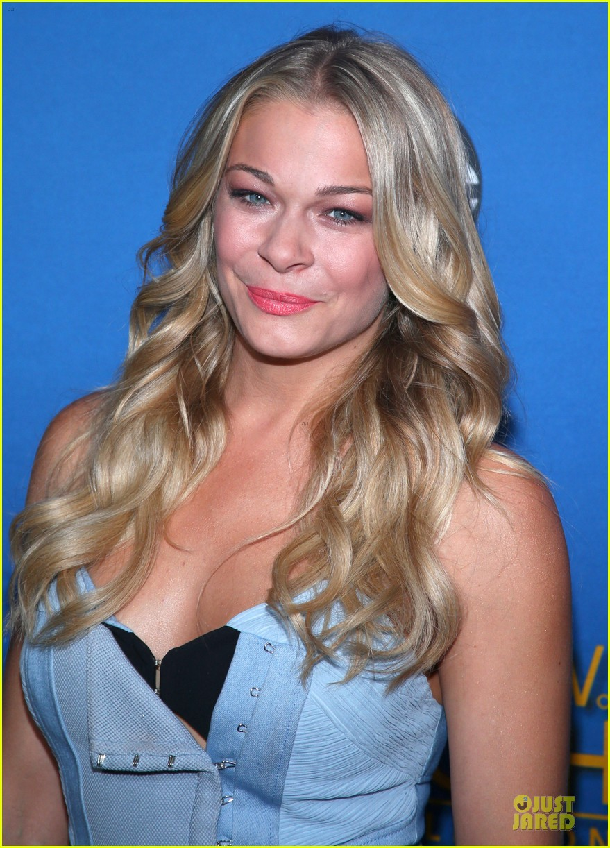 leann rimes flexes at mda telethon 02