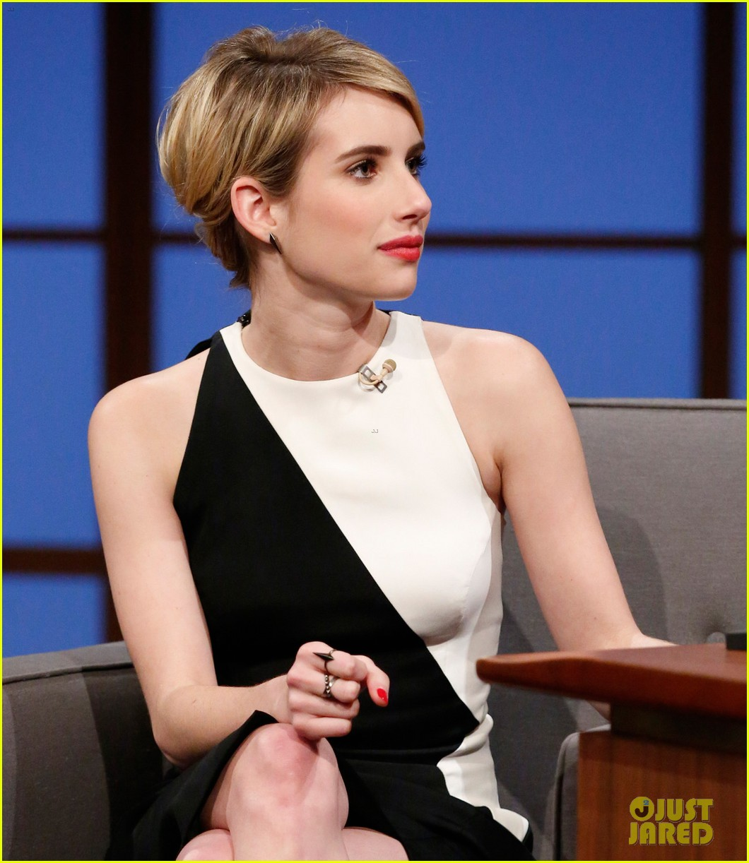 emma roberts dishes on ghost tour experience on late night with seth meyers 04
