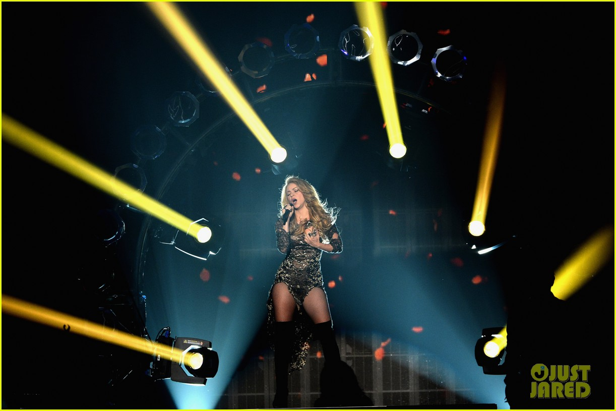shakira performs billboard music awards 033116811