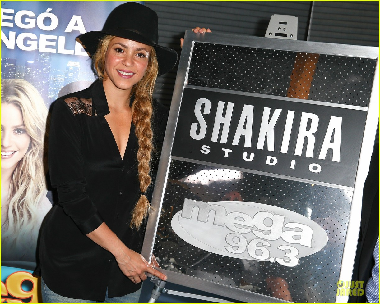 shakira braids at radio station unveiling 04