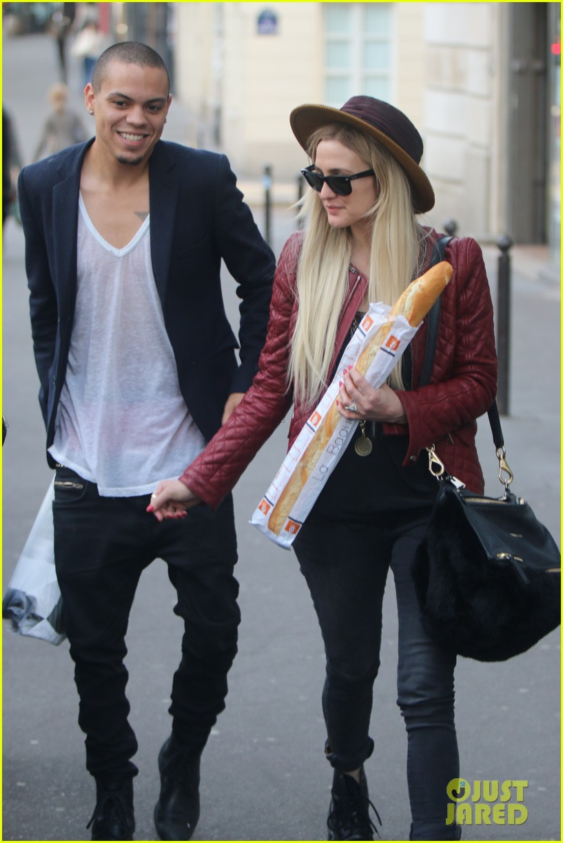 ashlee simpson joins fiance evan ross in paris for mockingjay 013108273